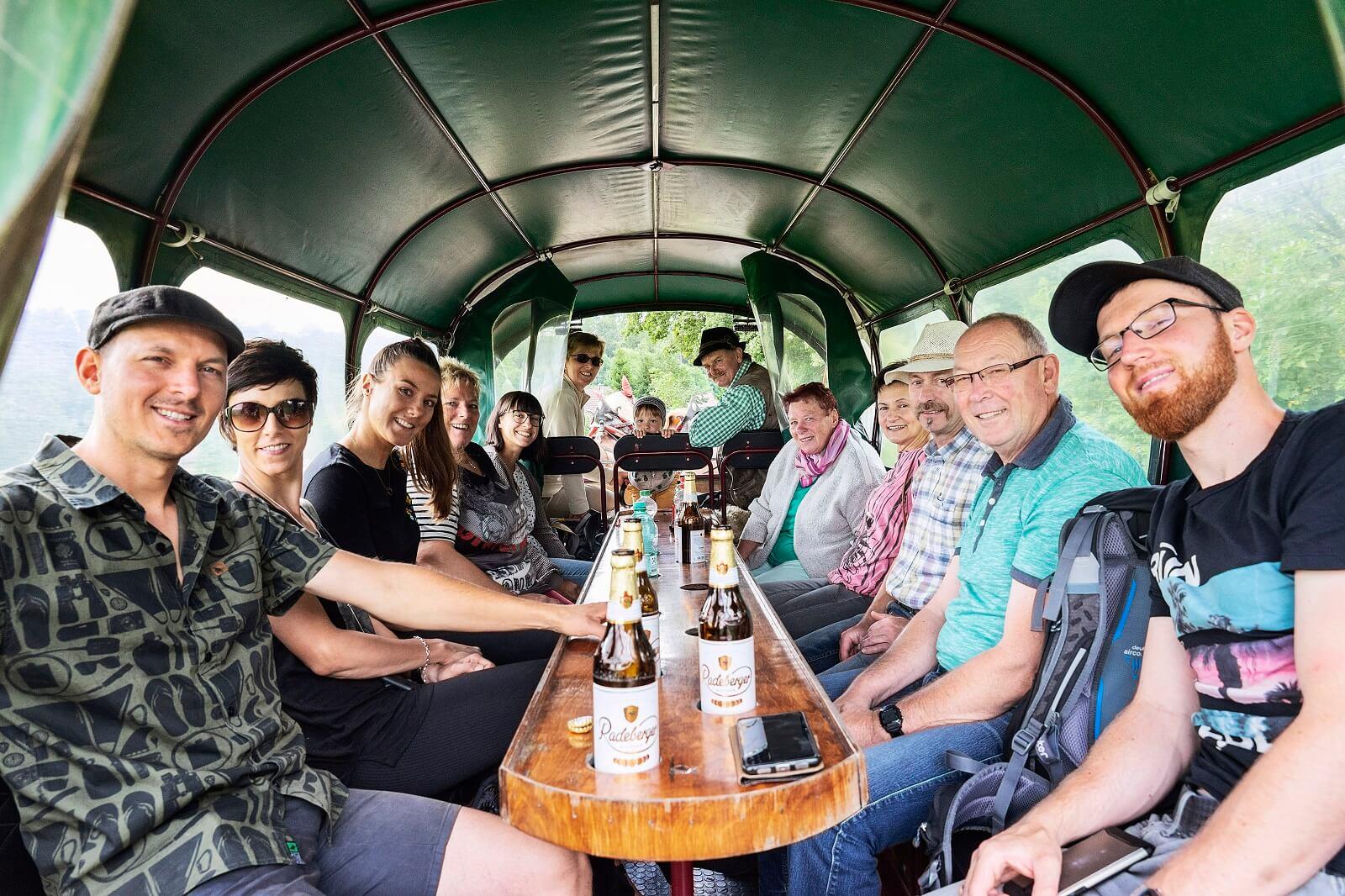 Gäste bei einer Planwagenfahrt mit dem Pferdefuhrbetrieb Nattermann